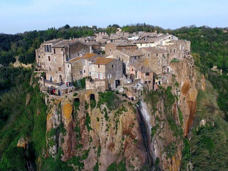 Calcata: Ζήστε την μαγεία του μικρού χωριού που...γεννήθηκε μέσα στην πέτρα!