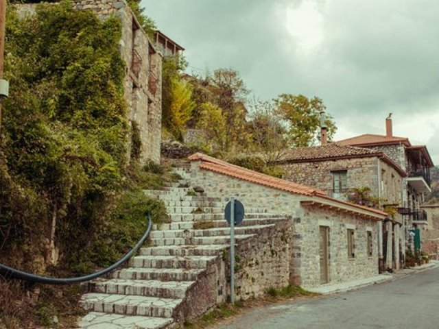 Δείτε μοναδικές φωτογραφίες από το κρεμαστό χωριό της Πελοποννήσου!