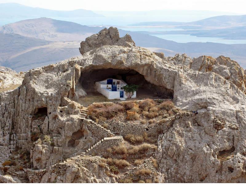 Η εντυπωσιακή εκκλησία στη Λήμνο χωρίς σκεπή!