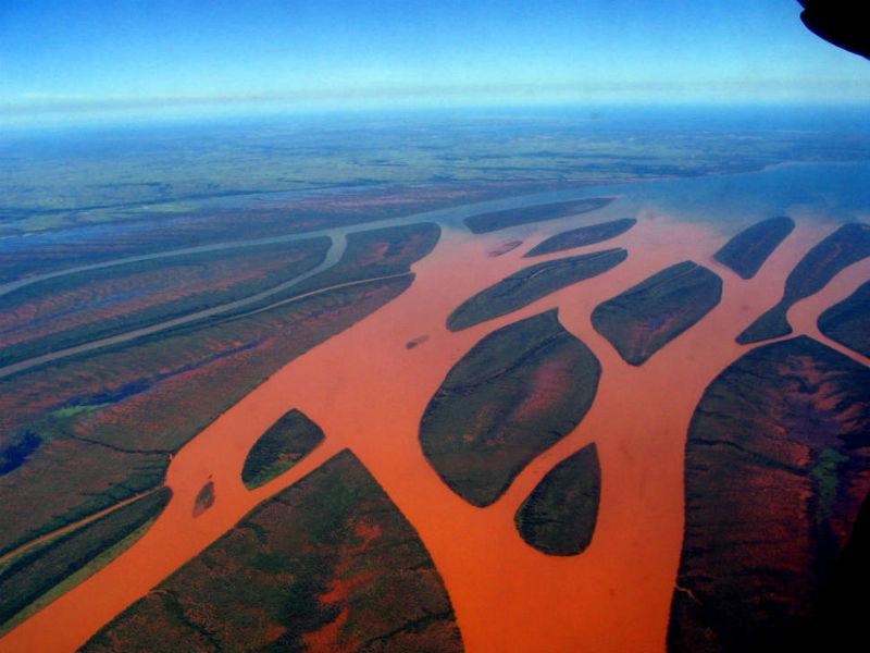 Ένα κόκκινο ποτάμι στη Μαδαγασκάρη