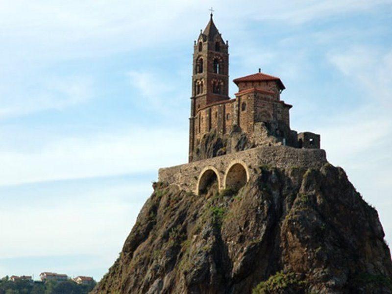 Εντυπωσιάζει η εκκλησία πάνω στον κρατήρα ηφαιστείου