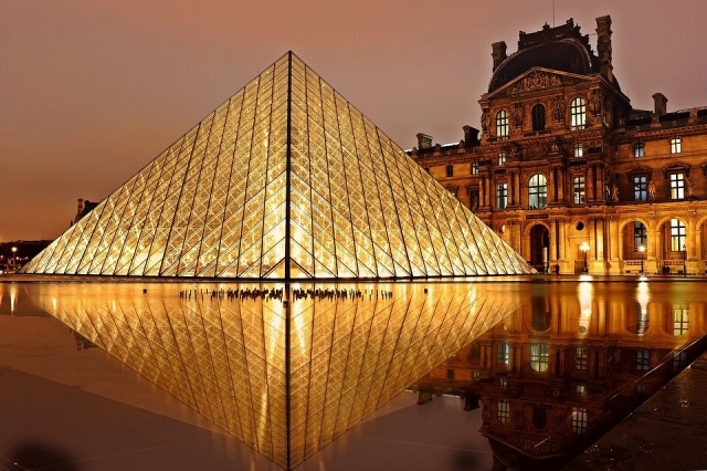 Μουσείο του Λούβρου  - βράδυ
