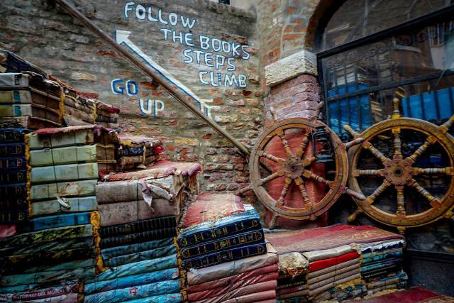 Βενετία: Ένα ξεχωριστό βιβλιοπωλείο μέσα στο νερό