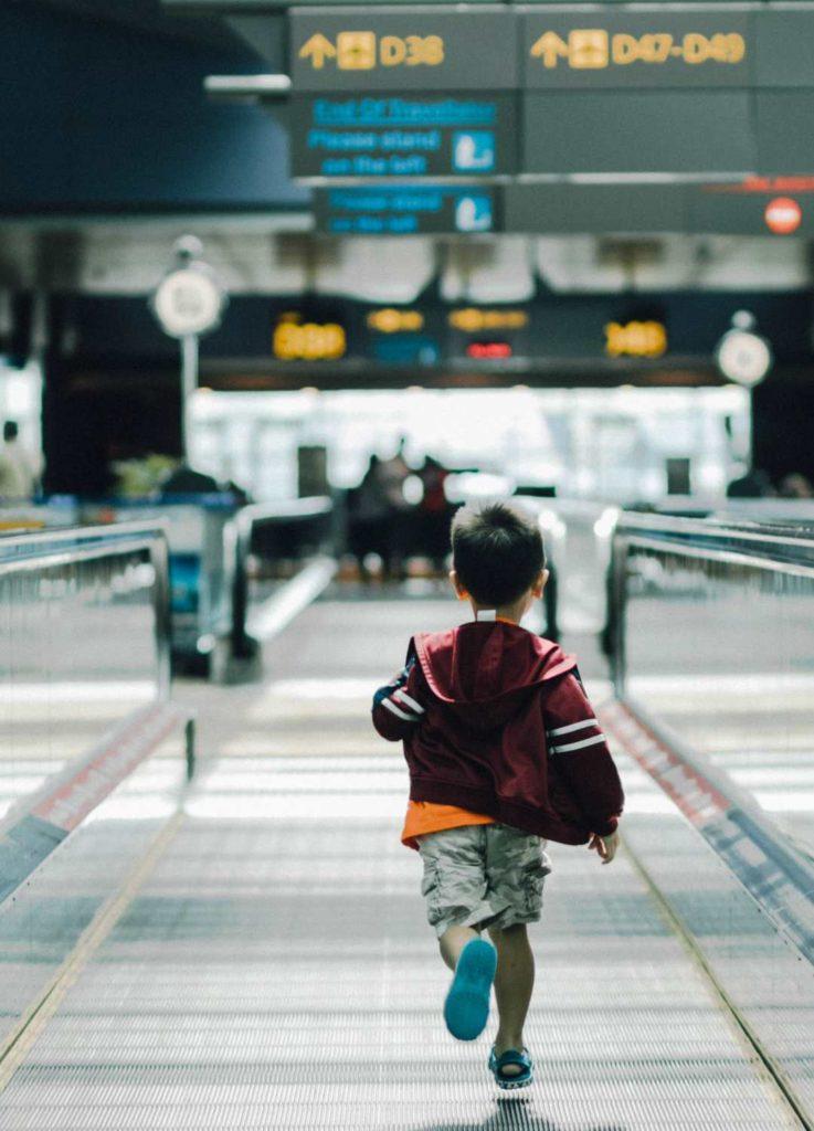 Παιδί τρέχει στο αεροδρόμιο