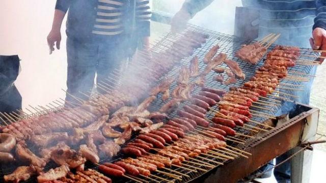 Πως γιορτάζουν την Τσικνοπέμπτη σε διάφορα μέρη της Ελλάδας