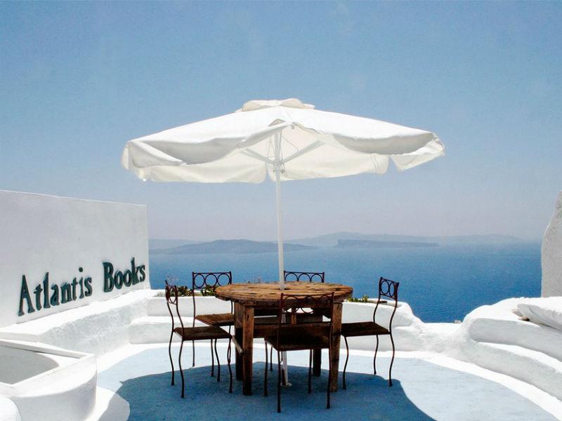 Σαντορίνη: Ένα μοναδικό βιβλιοπωλείο με φόντο τη θάλασσα!