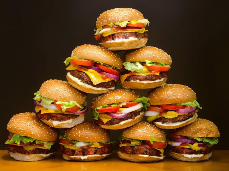 7 τρικ που χρησιμοποιούν τα εστιατόρια fast food για να παραγγέλνετε περισσότερο φαγητό!