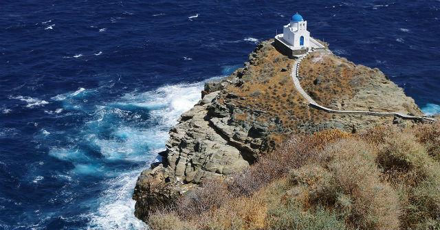 Το εκκλησάκι στο βράχο ατενίζει το απέραντο μπλε του Αιγαίου