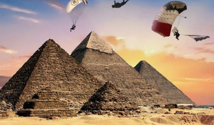 Εντυπωσιακή ελεύθερη πτώση πάνω από τις πυραμίδες της Γκίζας!