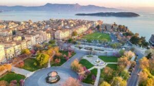 Η μεγαλύτερη πλατεία των Βαλκανίων βρίσκεται στην Ελλάδα – Σε ένα από τα πιο όμορφα νησιά!