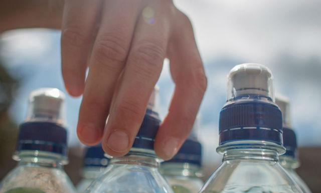 Μπουκάλι με νερό στο αεροδρόμιο