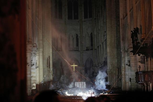 Παναγία των Παρισίων φωτιά - εσωτερικό