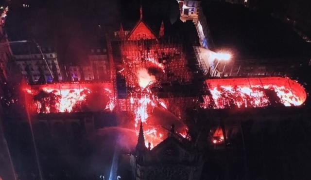 Η Παναγία των Παρισίων την ώρα που καιγόταν από drone