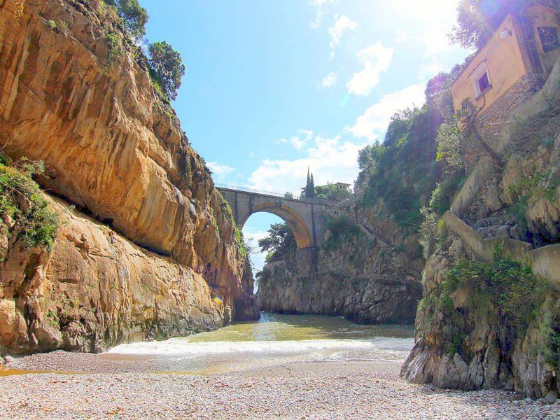 Αυτή η κρυμμένη παραλία είναι το μεγαλύτερο μυστικό της Ιταλίας!