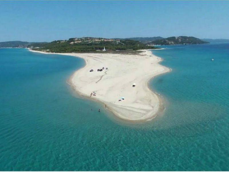 Ποσείδι: Η πιο παράξενη παραλία της Χαλκιδικής