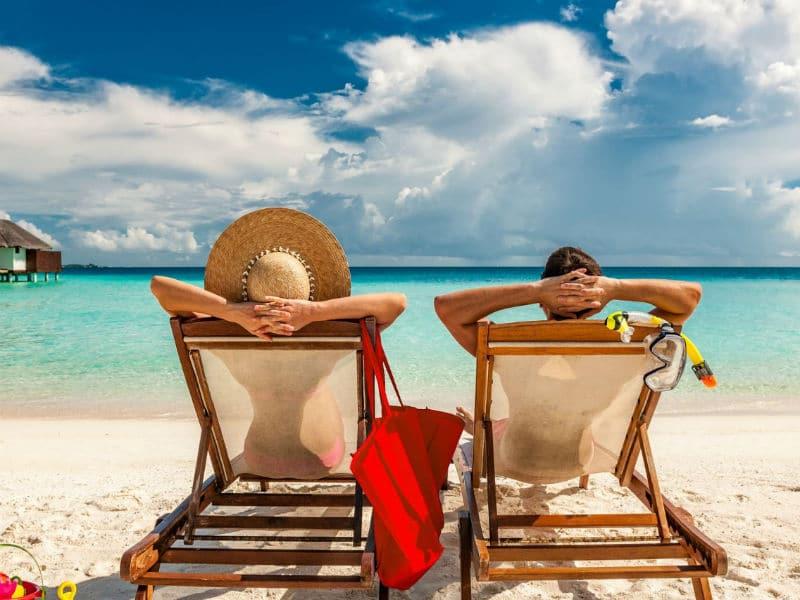 Ξαπλώστρα στην παραλία με ανθρώπους