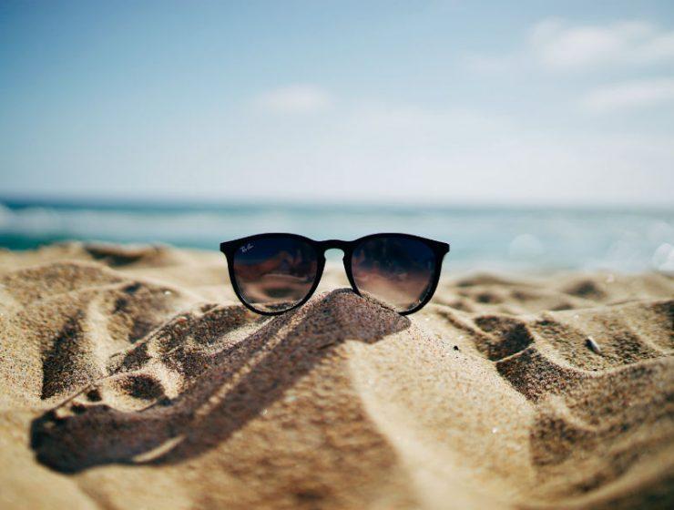 Γυαλιά στην παραλία