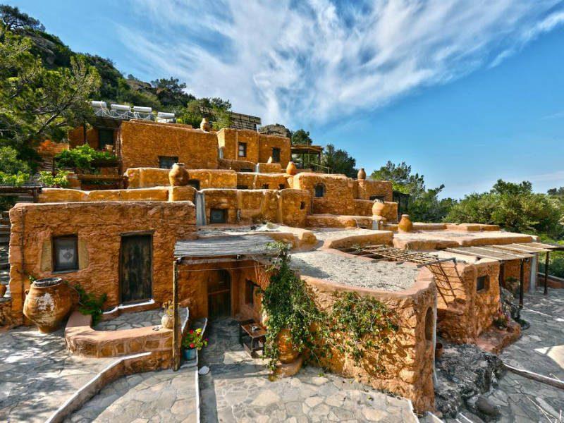 Ένα ξενοδοχείο με δωμάτια από πέτρα και χώμα χωρίς ρεύμα! Βρίσκεται στην Ελλάδα και γίνεται ουρά από τουρίστες!