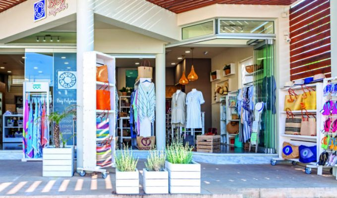 Bay Kolymbari: Το κατάστημα που σας επιτρέπει να πάρετε «κάτι από την Κρήτη» πίσω στη βάση σας!
