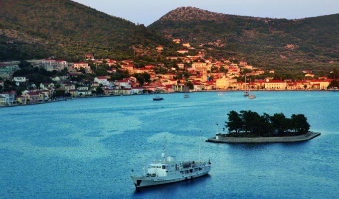 Το ελληνικό νησί που συνδυάζει τέλεια βουνό και θάλασσα!