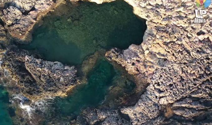 Κακιά θάλασσα: Το νησάκι με τη φυσική πισίνα σε απόσταση αναπνοής από την Αθήνα!