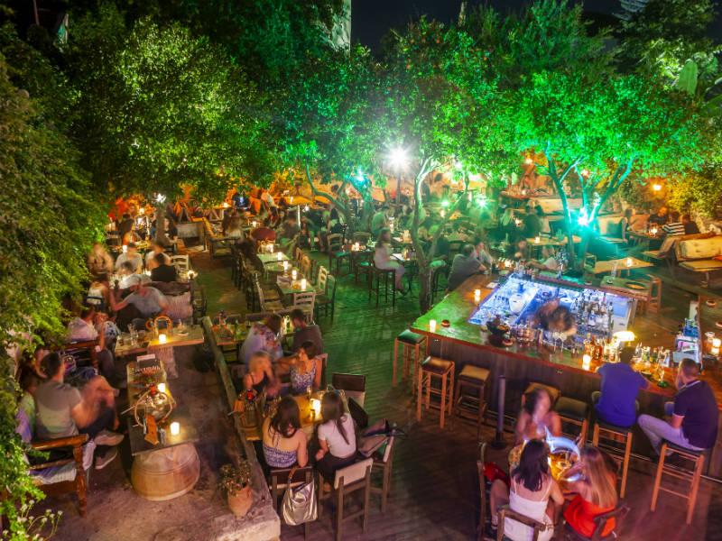 Ο Κήπος του Αλή Βαφή: To bar -restaurant στο Ρέθυμνο που αγαπά το ρούμι και την κρητική κουζίνα!