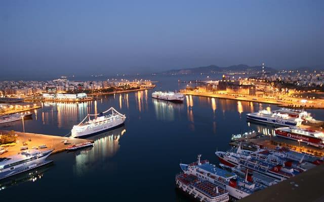 Το λιμάνι του Πειραιά το βράδυ
