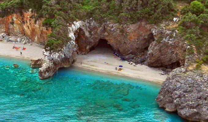 """Μυλοπόταμος: Η """"μαγική"""" παραλία του Πηλίου που χωρίζεται στα δύο!"""
