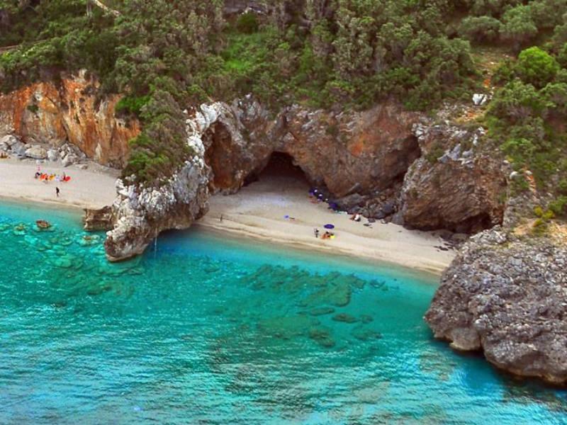 """Μυλοπόταμος: Η """"μαγική"""" παραλία του Πηλίου που... χωρίζεται στα δύο!"""