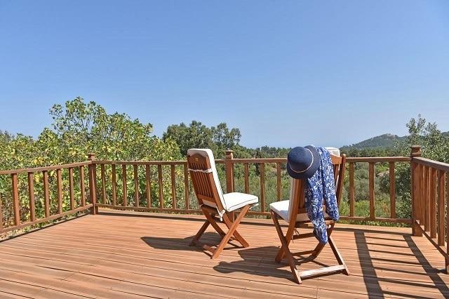 Η βεράντα και η θέα από το Oliveland House στην Ικαρία