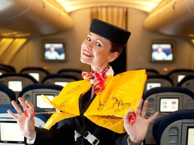 Αεροσυνοδός προκαλεί αναταράξεις γέλιου δείχνοντας τα σωστικά μέσα με τον πιο αστείο τρόπο!