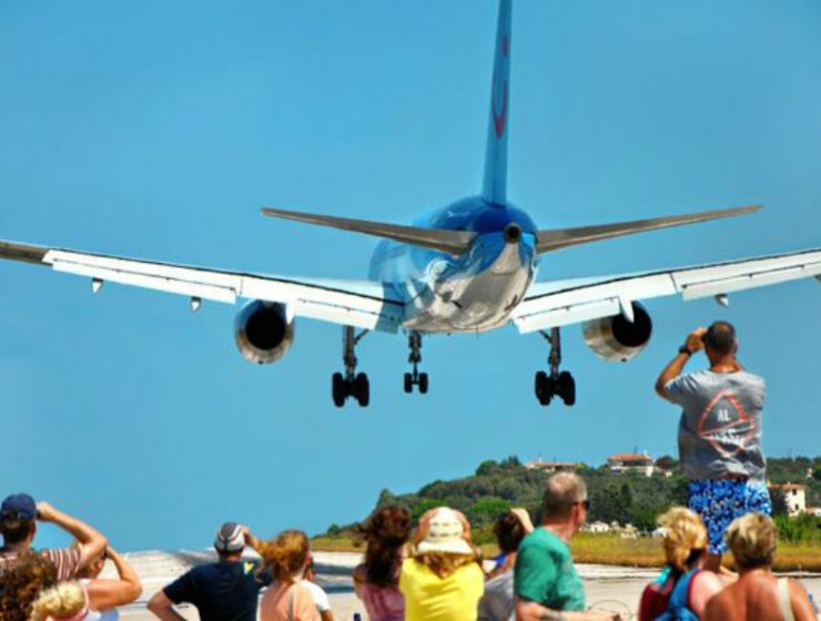 Viral η προσγείωση αεροπλάνου στη Σκιάθο