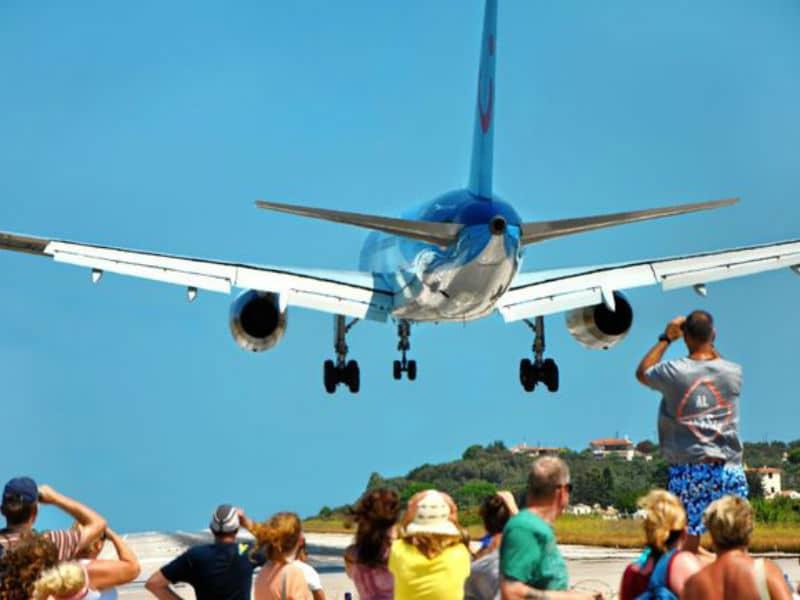 Viral η προσγείωση αεροπλάνου στη Σκιάθο – Τρελάθηκαν στις selfies οι τουρίστες! (video)