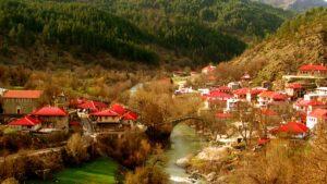 """Βοβούσα: Το μοναδικό ελληνικό χωριό που """"κόβεται"""" στα δύο από ένα ποτάμι – H μικρή """"Ελβετία"""" της Ελλάδας!"""