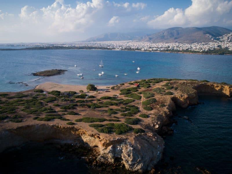 Το «διάσημο» ιδιωτικό νησί της Αττικής που ανήκει σε έναν βιοπαλαιστή!