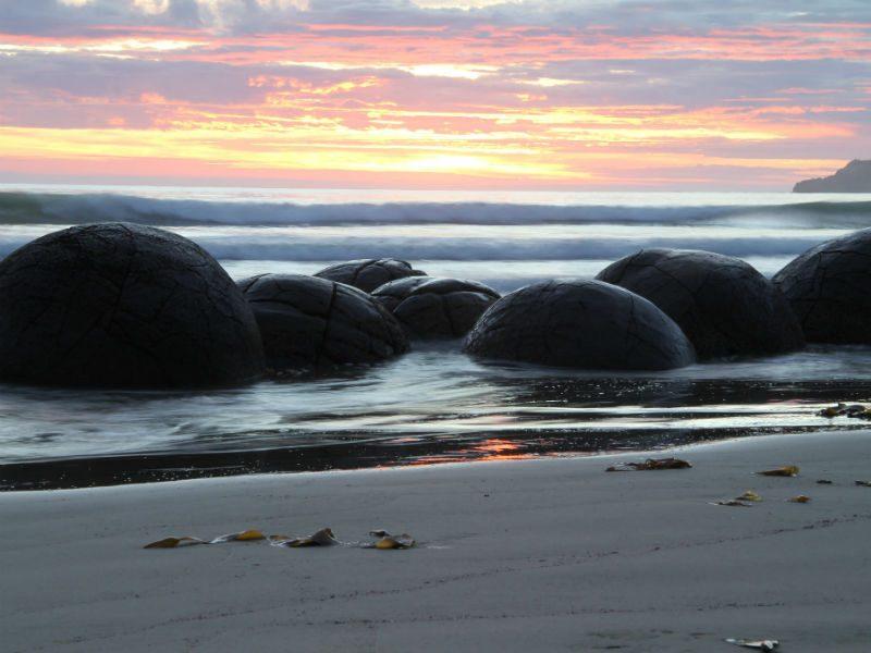 """Βράχοι Moeraki - Η παραλία με τα """"αυγά δεινοσαύρων""""!"""