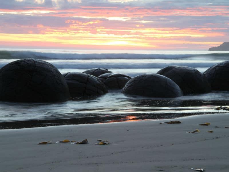 """Μαγευτικό: Η παραλία με τα """"αυγά δεινοσαύρων""""! Που βρίσκεται;"""