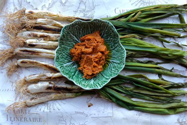 calcots and romesco sauce - φαγητό Βαρκελώνη