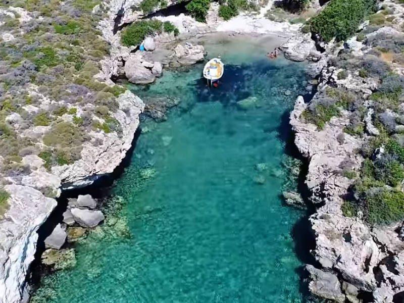 Απάγκιο: Στην πιο πριβέ παραλία της Ελλάδας