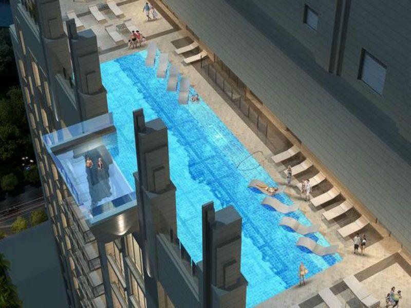 Μια «εναέρια» πισίνα-μπαλκόνι που κόβει την ανάσα