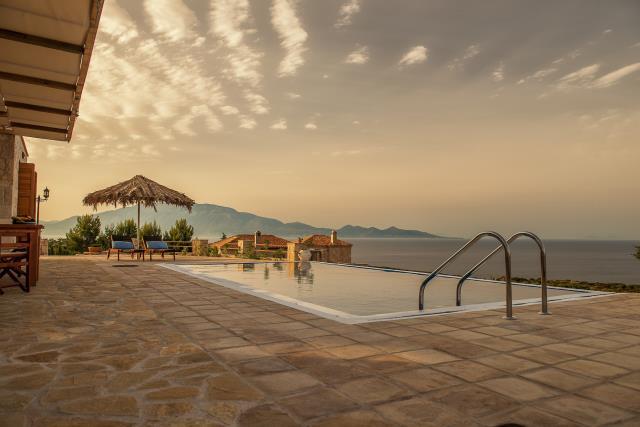 Odysseus Estate πισίνα με θέα