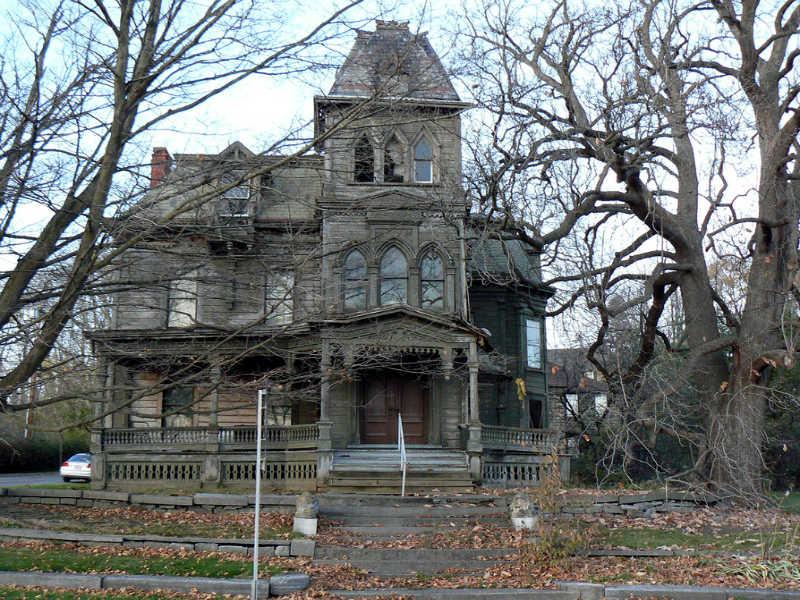 Περάστε το Halloween στο τρομακτικό ξενοδοχείο της οικογένειας Άνταμς!