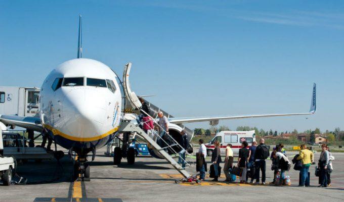 Γιατί η επιβίβαση στο αεροπλάνο γίνεται πάντα από τα αριστερά;