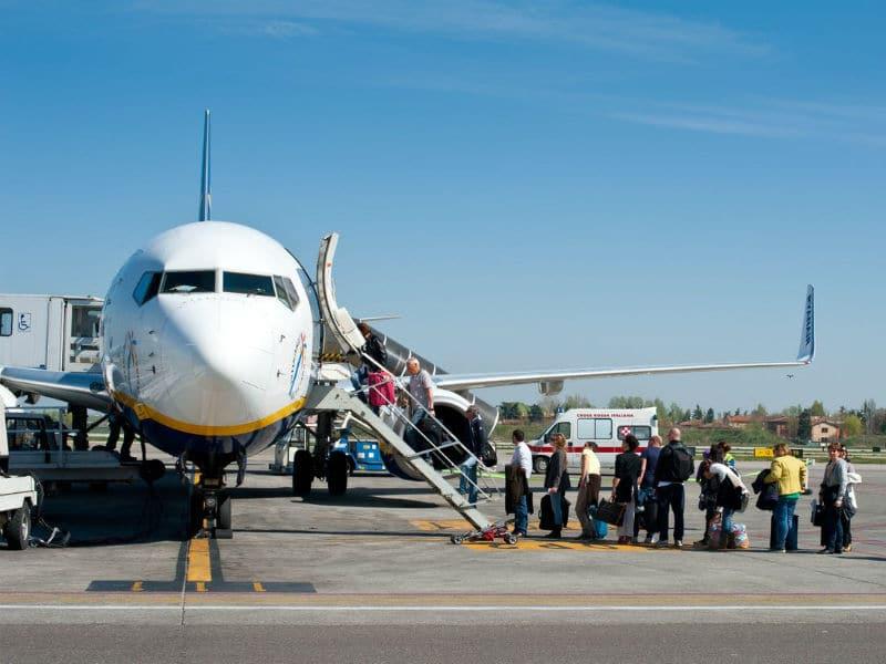 Γιατί η επιβίβαση στο αεροπλάνο γίνεται πάντα από τα αριστερά; Το γνωρίζετε;