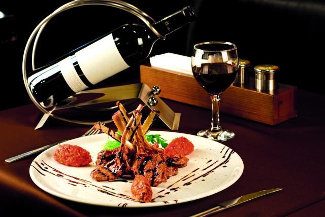 Ροµαντικό δείπνο σε εστιατόριο στο Παρίσι