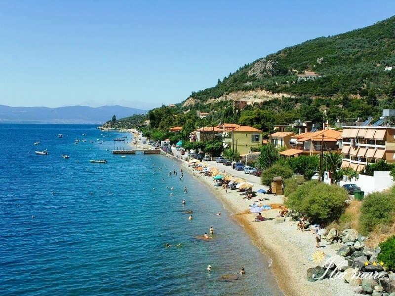 ελληνική παραλία με ζεστά νερά