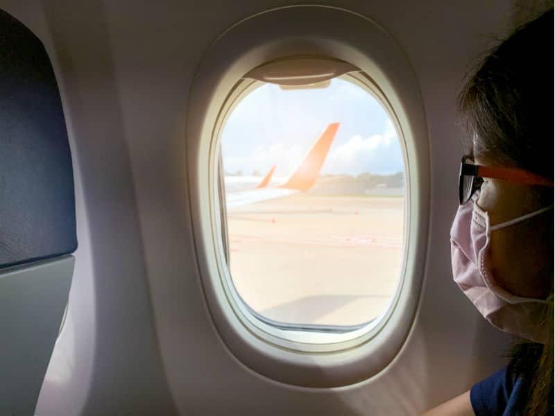 κοπελά με μάσκα αεροπλάνο