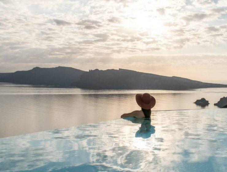 Το νέο εντυπωσιακό ξενοδοχείο στη Σαντορίνη που βρίσκεται στην κορυφή των ηφαιστειακών βράχων της Καλντέρας!
