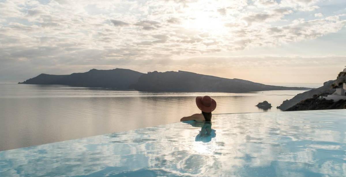 Το νέο εντυπωσιακό ξενοδοχείο στη Σαντορίνη, βρίσκεται στην κορυφή των ηφαιστειακών βράχων της Καλντέρας! (photos)