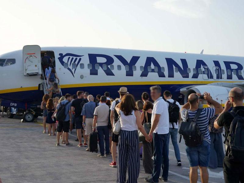 Ryanair επιβάτες μπαίνουν στο αεροπλάνο